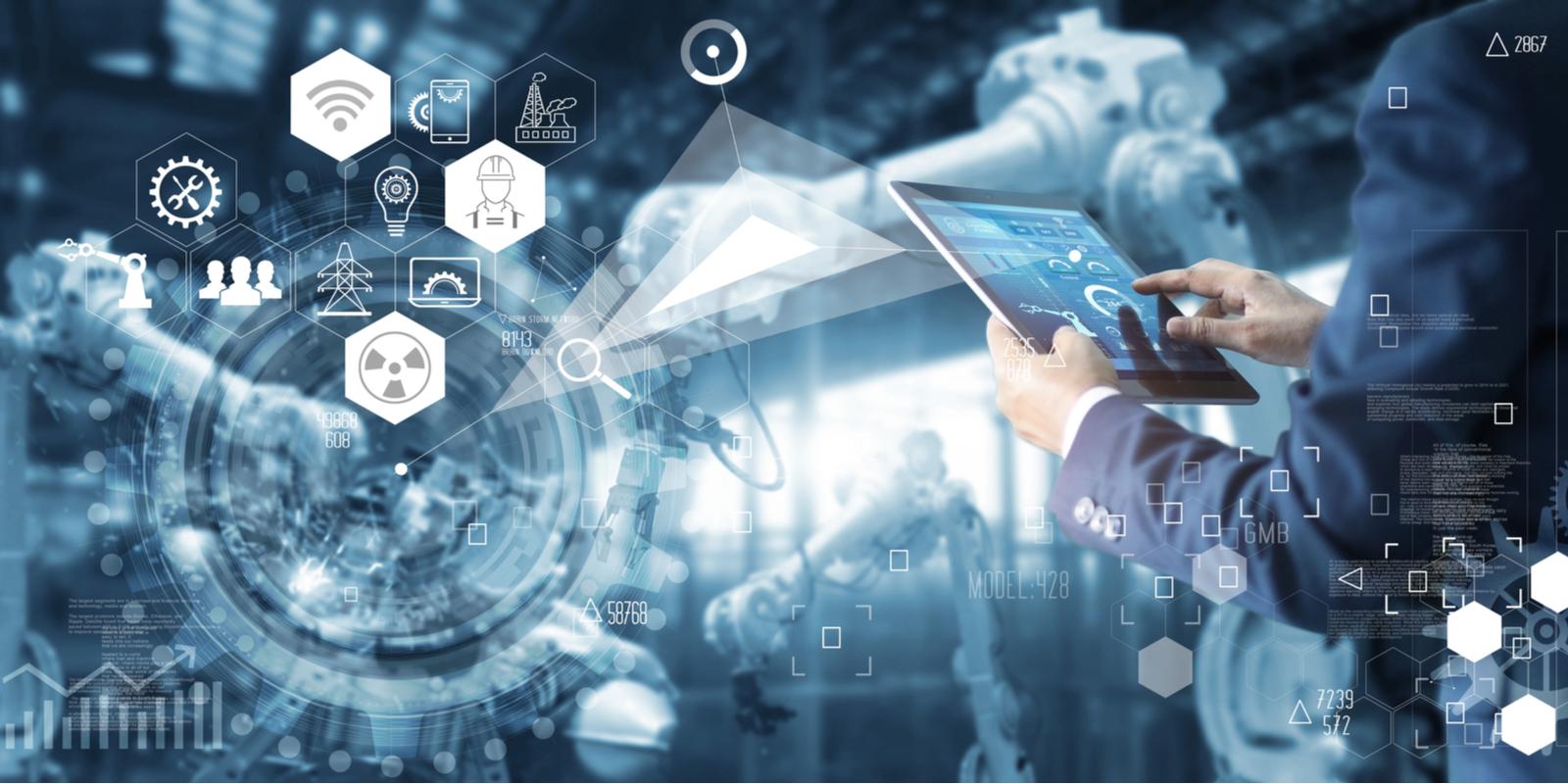 Mann mit Tablet bedient intelligenten Roboter